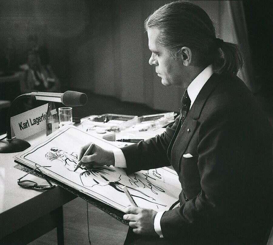 Карл Лагерфельд рисует эскиз